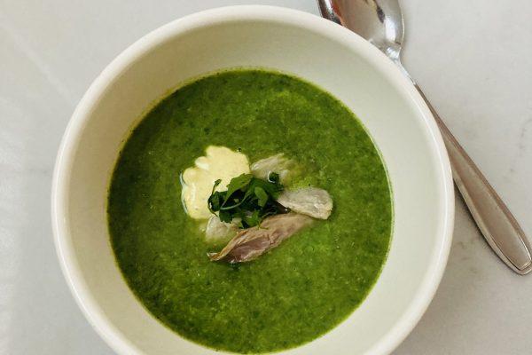 Spinazie-broccolisoep met makreel